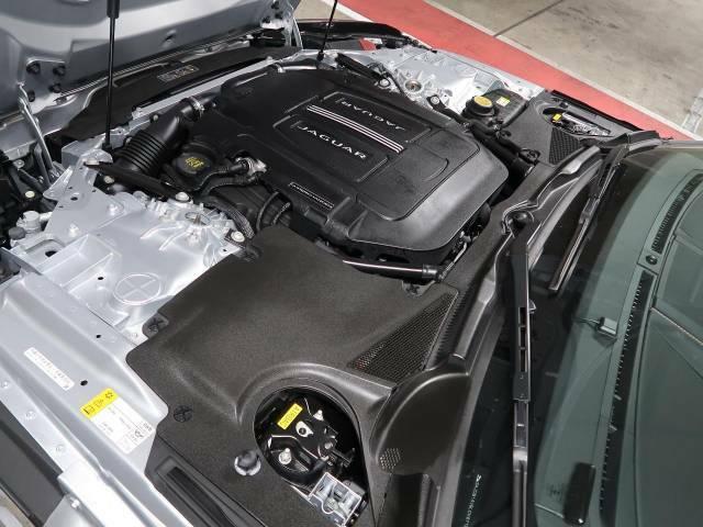 3.0リッターV6スーパーチャージドエンジンは出力340ps(250kW)/6500rpm、トルク45.9kg・m(450N・m)/3500rpmを発生させ、意のままにドライビングできます。