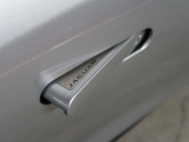 【ディプロイアブルドアハンドル】画期的なデザインの、走行時に格納されるドアハンドルです。