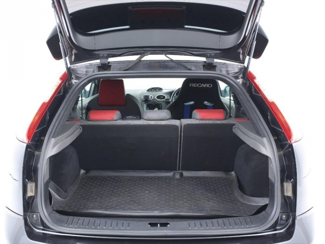 必要十分なスペースがある荷室!セカンドシートを倒せば更に広い荷室になります!