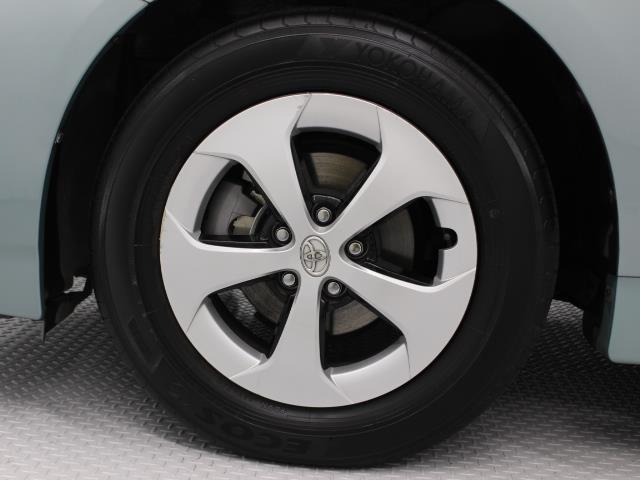 アルミホイールを装着し、さらにその上に空気抵抗低減のための樹脂製のホイールカバーを装着するという珍しい手法を採用しています。タイヤサイズ195/65R15