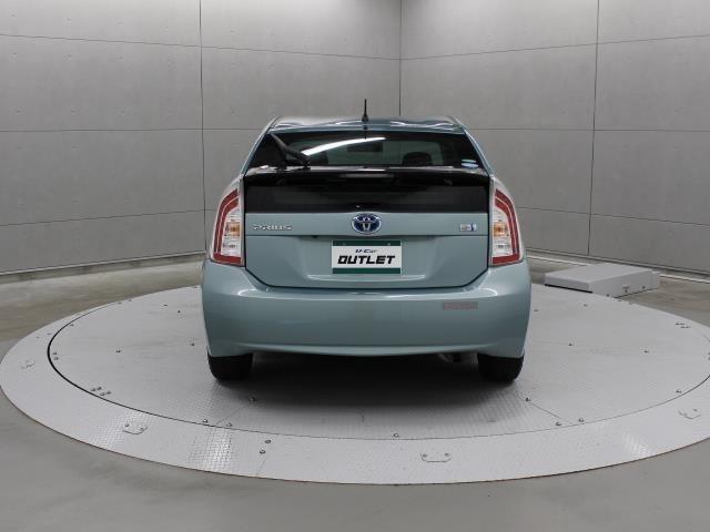 急ブレーキをかけると、すべてのストップランプが自動的に点滅。後続車に注意を促し、追突される可能性を低減します。