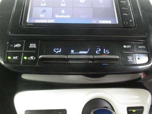 使いやすい位置に配置されたエアコンスイッチパネル。オートエアコンでいつも車内は最適な温度に保たれます。