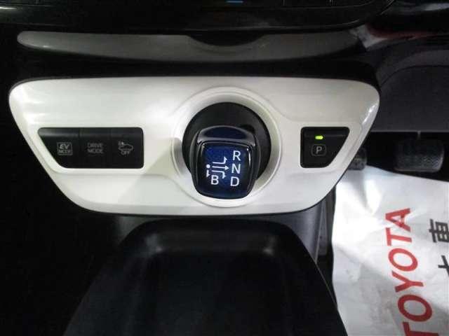 ドライバーが最も操作をしやすい位置にシフトレバーを配置。シフトノブも手になじみのやすい形に設計されています!