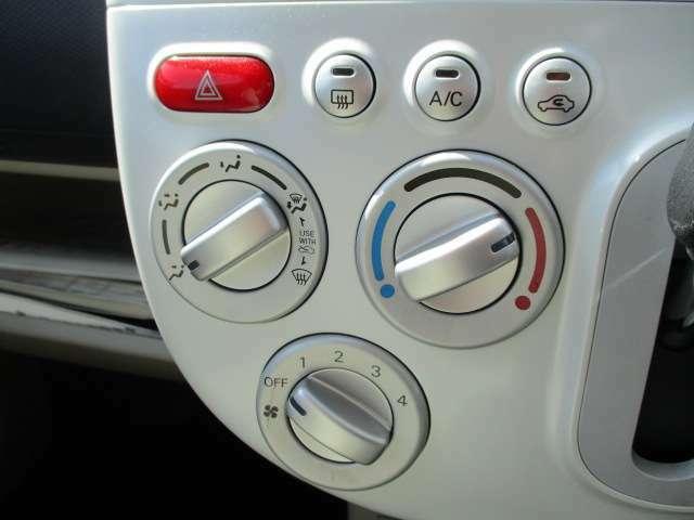 簡単ダイアル操作の使いやすいマニュアルエアコンです。クーラーもしっかり効いてますよ♪♪