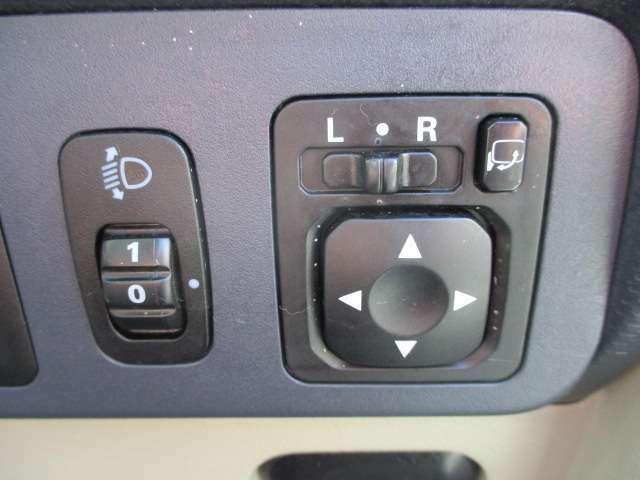 車内から操作出来る電動格納ミラーです。狭い場所での駐車など、あると嬉しい装備ですね♪
