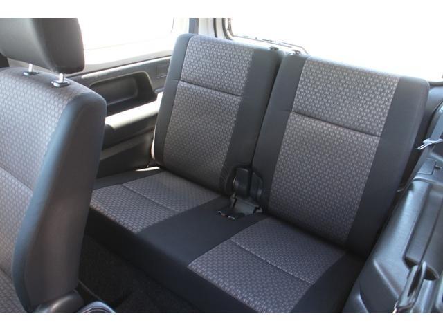 後席は使用感が少なく、綺麗な状態を保っております☆リアシートのダブルフォールディング式収納が廃止され、座面が左右一体の固定式になり、背もたれのみ5:5で前倒する収納方式になっています。