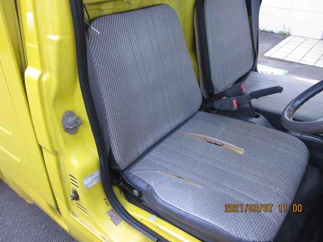 運転席は広々としていて乗り降りしやすいです。