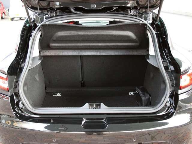 コンパクトな車体ながら荷室容量もしっかり確保されております