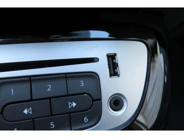 外部出力端子です。お持ちの音楽プレイヤーが接続可能です!素敵なドライブをお楽しみ下さい!