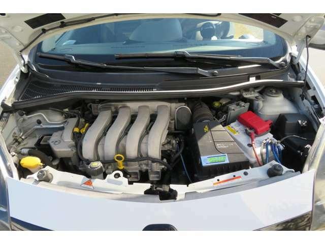 エンジンルームの写真を添付いたします。 普段はなかなか開けることのないエンジンルームですが、オイル漏れがあるかどうか、付着物があるかどうかなど、中古車購入時には一度確認してみてください。
