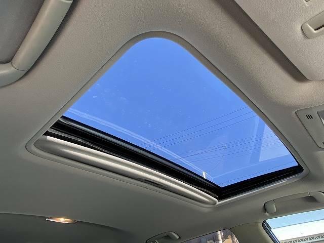 開放的な【サンルーフ】装備しております。心地良い日差しが車内に注ぎこみます。