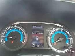 すっきりと見えやすくできているスピードメーターです。走行距離やガソリンの残量、燃費も確認する事ができます。