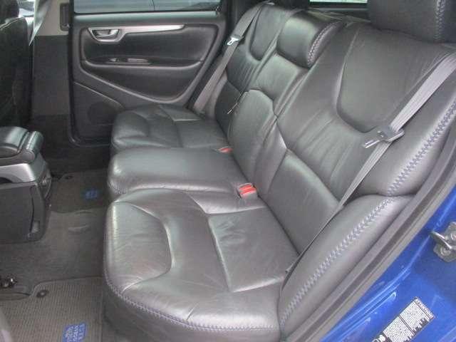 後部座席の本革シートにもキレや破れ焦げ穴等もございません♪使用感の少ない清潔感の有る車内になっております♪座面も大きく座り心地も良好です♪汚れがちなフットマットも使用感が少なくキレイな状態です♪