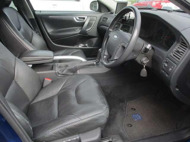 運転席は本革電動シートになっております♪お好みの位置にラクラクと調整出来ます♪足元は広々としており窮屈感等のストレス等も感じる事なくご乗車出来ます♪