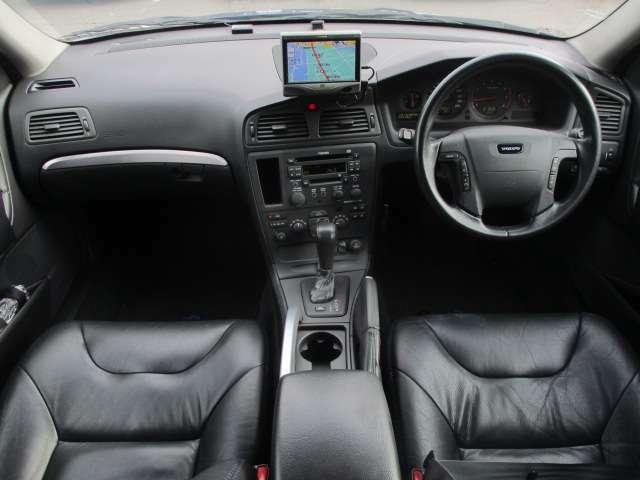 内装はブラックを基調としたシックで落ち着いた雰囲気の車内になっております♪パネル類に目立つキズや汚れ等も無くとてもキレイな状態です♪