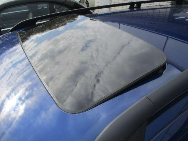 オーシャンレースリミテッドですので電動サンルーフが装備されております♪チルト開閉も出来ますので、車内換気などにも大変便利な装備です♪明りを入れたり、空を見たり等、閉鎖的な天井を開放的にしてくれます♪