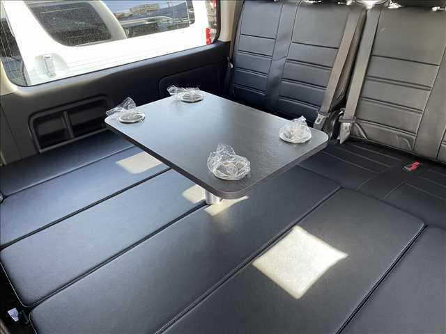 フラットにした状態でもテーブルを使用できますので、横になりながらくつろぐことができます!