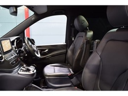 運転席には低走行車輌ならではの綺麗な状態を維持したブラックレザーシートが備わります。メモリー機能付きパワーシート、シートヒーター、ランバーサポートと多機能設計です。