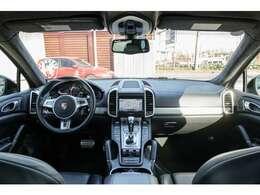 ホールド性に優れたシートには上質なブラックレザーパワーシートを装備!寒い時期に大変役立つシートヒーター機能も搭載しています!汚れ等もなく非常に綺麗な状態を維持しています!045-348-3232