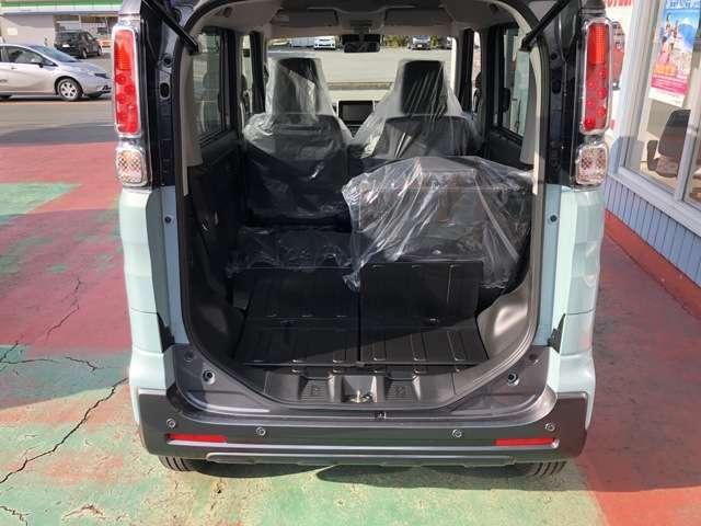 低床&大開口で積み下ろしがしやすい荷室開口部。リヤシートは、荷室側からもワンタッチで折りたためる左右独立式。