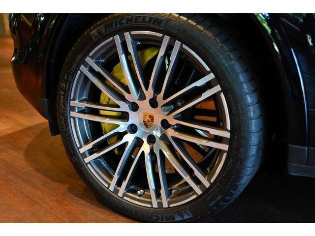 PCCB(カーボンブレーキ)も標準装備!SUVなので必然的に重くなりますがしっかり止まります!