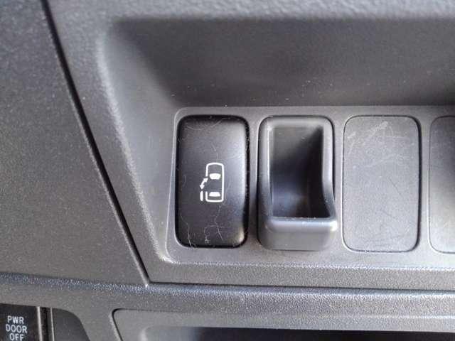 運転席からもスイッチ1つで開閉可能なパワースライドドア付きでお子様の乗り降りにも非常に便利です♪