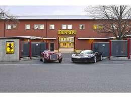ボディーカラーはFerrari70周年を記念した特別塗装色。Ferrari初のロードカー125Sにペイントされていた深みのある赤が再現されています。