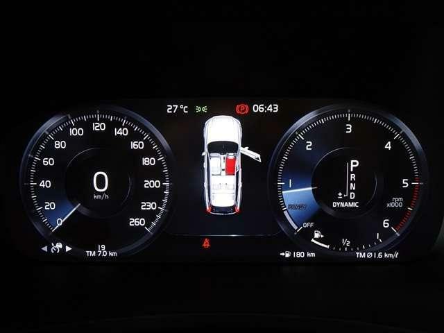 メーター中心部には地図データの表示や様々なインフォメーションを表示させることが可能で、極力視線を逸らすことなく運転に集中しながら必要な情報を得ることができます。