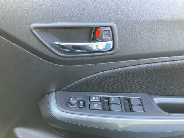 運転席のスイッチで全席の窓の開閉が可能です。電動格納ミラースイッチでミラー開閉が可能です。RとLのボタンと十字のスイッチでミラーの位置を調節できます。