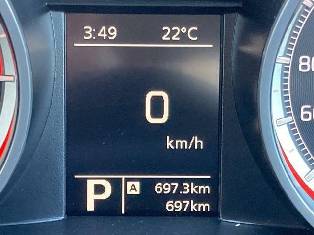 走行距離は697km。メーター内のインフォメーションディスプレイは燃費計やシフトの位置などの様々な情報を提供いたします。