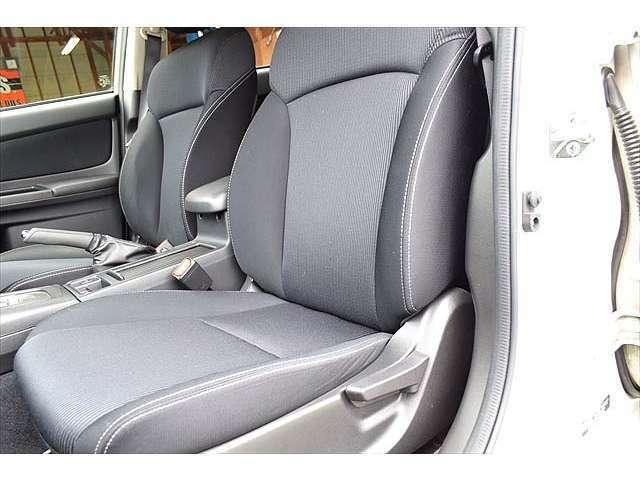 ■シートの隙間やエアコンダクト、各スイッチ類等隅々まで、丁寧に清掃しています。