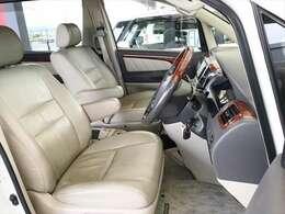 運転席のシートは使用頻度が高いため、擦れていたり破けている車も多いですが、こちらのアルファードは綺麗な状態を保っております。