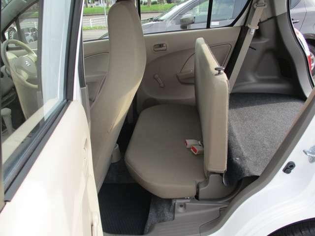 リア席は貨物車なのでチョット狭いです。