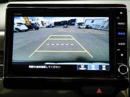【リアワイドカメラ】はセレクトノブをリバースに入れると、カメラ映像に切り替わり、後方の視界をサポートします。ビュー切り替えボタンを操作すると、ノーマル・ワイド・トップダウンビューの切り替えが可能。