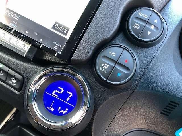 車内温度を感知して自動で温度調整をしてくれるオートエアコンついてます。