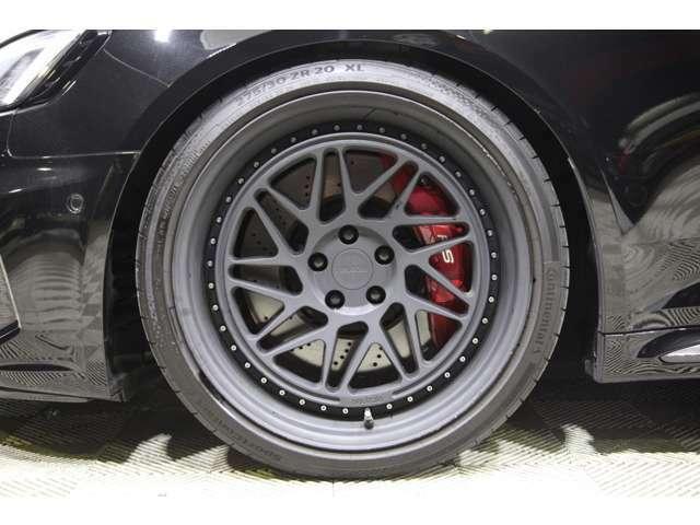 Neutrale CS9D 鍛造マッドブラック20インチを装着。RSロゴ入りカラードブレーキキャリパーレッドも人気の定番オプション。