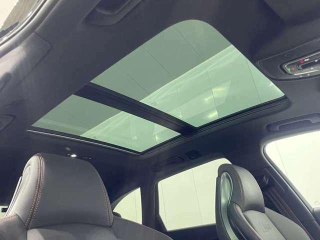 明るい日差しが降り注ぐパノラマサンルーフも付いています。車内が明るくなれば気分も明るくなりますよね!