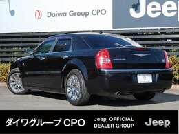 長いエンジンフードとショ-トデッキ、クラシックなデザインを大切にメ-カ-が作成した美しい車です。