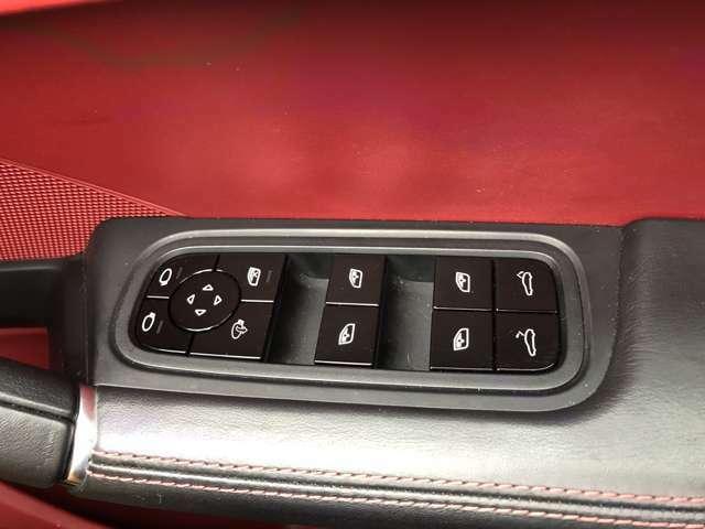 運転席ドアトリムにて全席のパワーウインド及び電動リアゲートに開閉ができます。