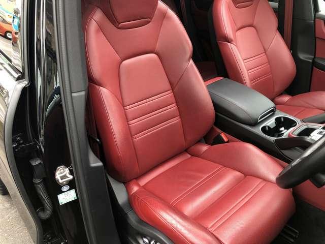運転席シートに使用感以外の擦れなどはございません。