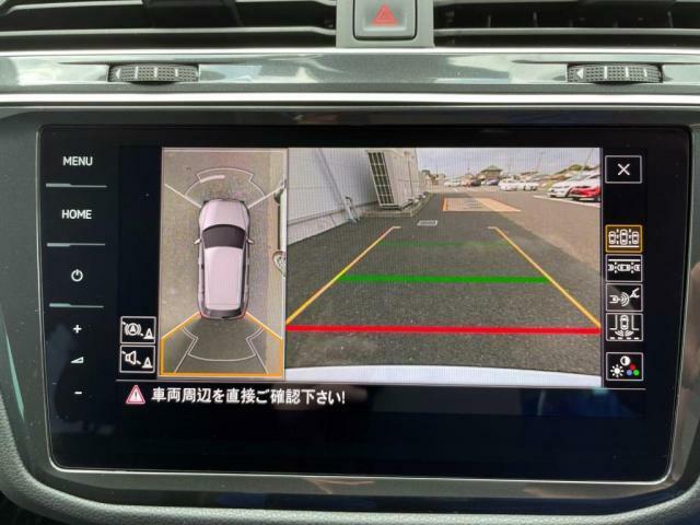 バックギアに入れるとバックカメラはもちろんアラウンドビューカメラで車両周辺もナビ画面に映し出します。