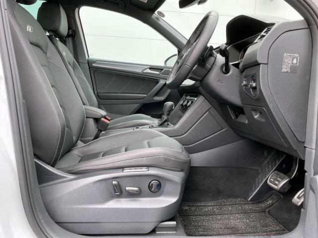 レザーシートを使用。固めのシートでホールド性が高く、しっかりと体を支えてくれます。