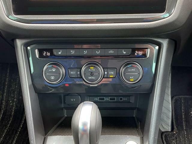 エアコンは運転席、助手席、後部座席独立している3ゾーンフルオートエアコンです。