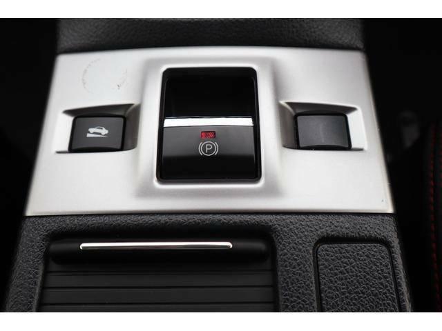 パーキングブレーキをスイッチひとつで作動・解除できる電動パーキングブレーキ。発進時はアクセルを踏むだけで解除できます