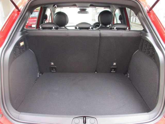 荷室の容量は後席使用時で350リッター。