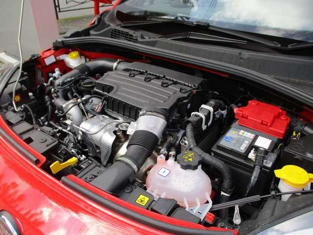 新開発の1.3リッター直4ターボエンジン。燃焼室形状や動弁機構を見直すことで、出力、トルクは向上。新エンジンの搭載により、燃費も約10%改善。