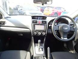 シンプルながら操作性が良いスバルの車は視界にも優れております♪運転のしやすは大事ですよね♪画像にはナビがうつっておりますが故障の為取り外してご納車となります。ご注意下さい