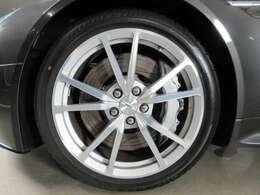 ★V型のスポークが特徴的な純正オプションの19インチAWです。タイヤサイズは前245/40R19、後285/35R19が装着されています★