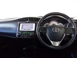 ブラックを基調としたクールなデザインの運転席周り。