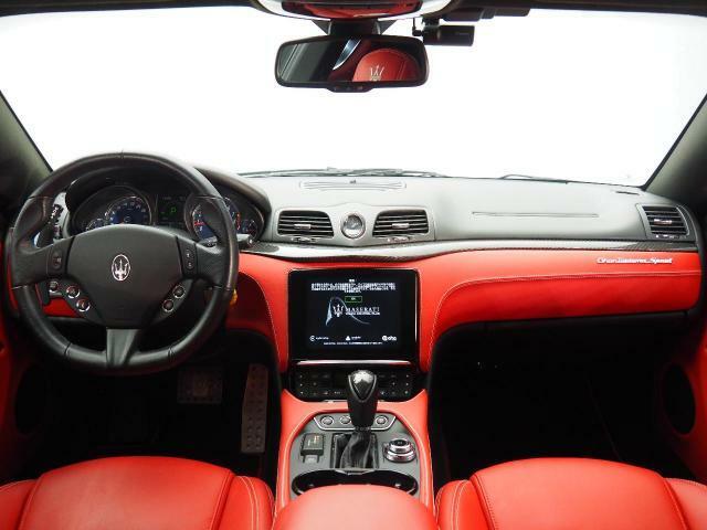 シンプルながら『上質』に包まれた車内。様々な装備がドライバーを多方面からサポート。